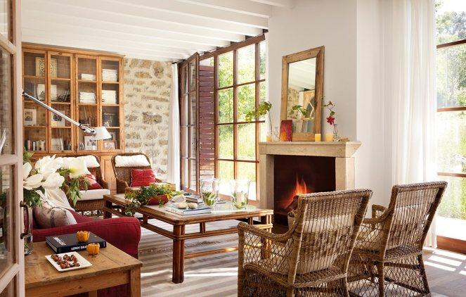 salon_con_pared_de_piedra_libreria_antigua_y_sofa_rojo_1280x816