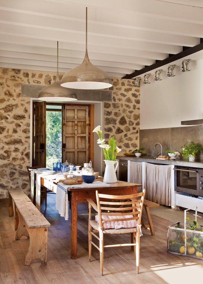 cocina_con_pared_de_piedra_y_mesa_antigua_de_madera_917x1280