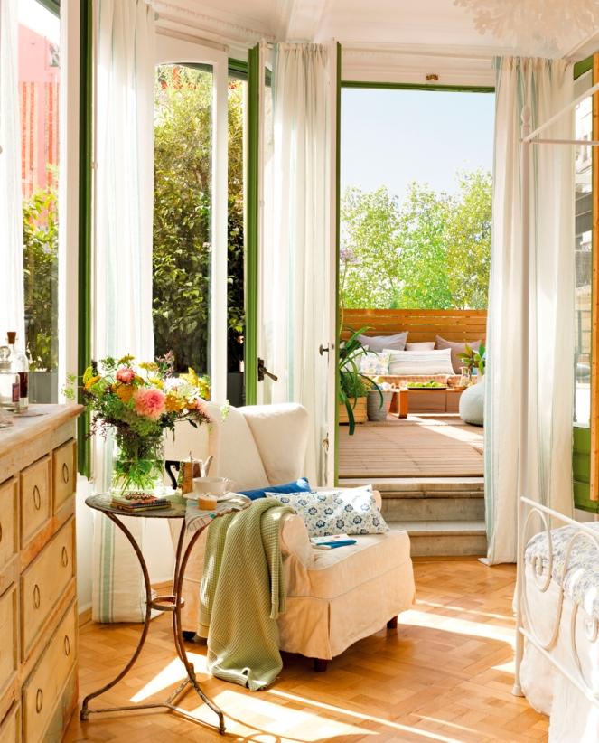 habitacion-conectad-a-la-terraza-con-butaca-con-cojines-y-plaid-y-ventanas-abiertas_346435_d3bc6bc9