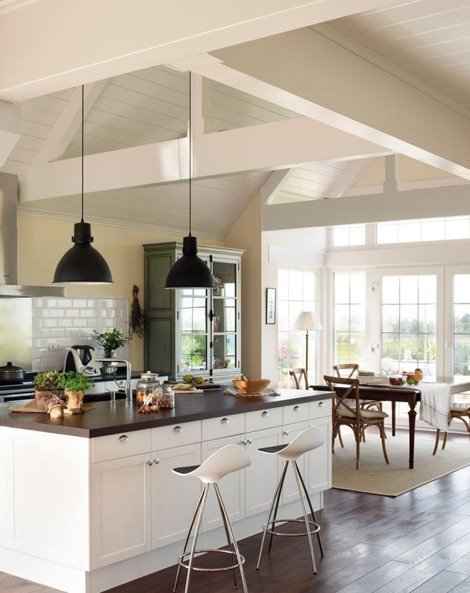 661da-cocina_con_isla_de_encimera_de_madera_y_lamparas_tipo_industrial_951x1280